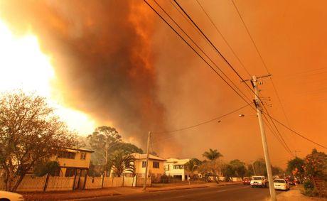Firefighters battle to save Rocky homes | Rockhampton Morning Bulletin