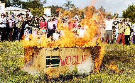 A group of Mullumbimby residents is continuing its campaign to stop Woolworths building a supermarket in the town. As part of their campaign they have burnt a Woolworths Effigy at Apex Park in Mullumbimby.