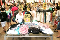 PICTURE: MARK McKEOWN: Shoppers fill the Glassons store inside Bayfair Mall during Boxing Day.