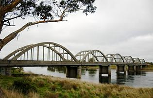 The concrete arched bridge at Balclutha.