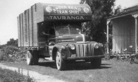A stock transport truck of the Andersen fleet, taken around 1950.