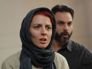 Nader (Peyman Moaadi)and Simin (Leila Hatami) argue about living abroad. Simin prefers to live abroad to provide better opportunities for their only daughter, Termeh; however, Nader refuses to go because he thinks he must stay in Iran and take care of his father (Ali-Asghar Shahbazi), who suffers from Alzheimers. Simin is determined to get a divorce and leave the country with her daughter.