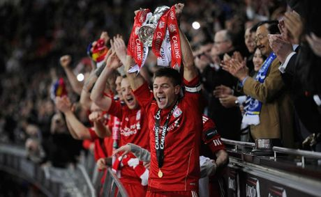 Liverpool captain Steven Gerrard hoists the Carling Cup.
