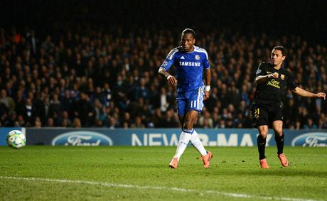 Didier Drogba of Chelsea shoots to score the opening goal as Adriano Correia of Barcelona closes induring the UEFA Champions League Semi Final first leg match between Chelsea and Barcelona at Stamford Bridge on April 18, 2012 in London, England.