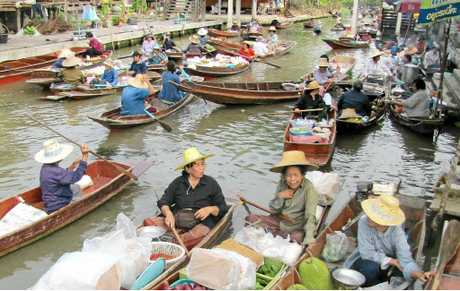 Canoe traffic at the Ta Kha Floating Market.