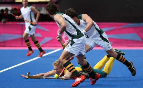 Tweed's Matthew Butturini fights for the ball against Thorton McDade and Wade Paton of South Africa.