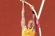 Steve Hooker has survived qualification for the men&#39;s pole vault.