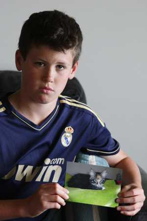 Riley Bidois, 10, with a photo of the cat