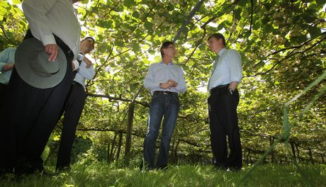 Bill English talks with Tauranga kiwifruit orchard owner Peter Ombler