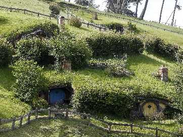 We go on a tour of the movie set of Hobbiton in Matamata.