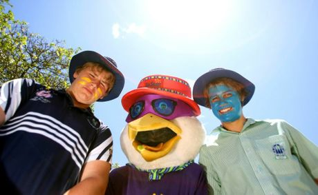 Lachlan Hall and Curtis Duff with Sid the Seagull being Sunsmart. Photo Allan Reinikka / The Morning Bulletin