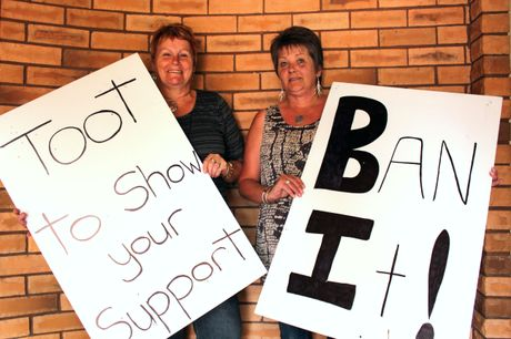LOOKING FOR SUPPORT: Leading the protest to stop the sale of legal high products in Oamaru is Linda Forbes (right) with the help of friends such as Cheryl Johnston. PHOTO/REBECCA RYAN