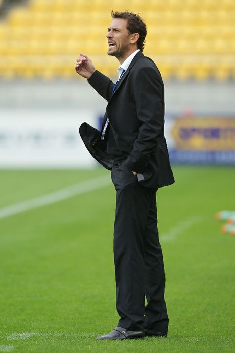 Coach Tony Popovic of the Wanderers talks to his team during the round nine A-League match between the Wellington Phoenix and the Western Sydney Wanderers at Westpac Stadium on December 2, 2012 in Wellington, New Zealand.