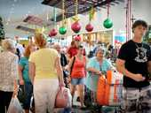 Shopping christmas eve at Centro. Photo Renee Pilcher / The Gympie Times