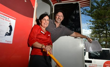 Sue Murray and Ian Samuels at the Red cross blood van in Coolangatta. Photo: John Gass / Daily News