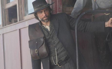Cullen Bohannon (Anson Mount) is a former Confederate soldier who wants vengeance against the Union soldiers who murdered his wife.