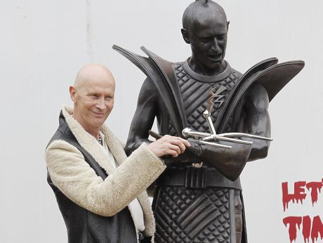Richard O'Brien stands with the Riff Raff statue in Hamilton