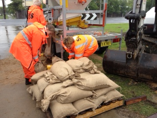 SES sandbagging at Ulmarra