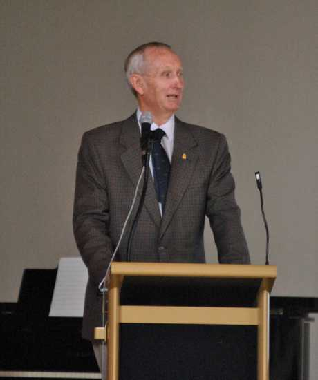CRITICAL COUNCILS: Federal Member for Maranoa Bruce Scott addresses the Stanthorpe forum on the important of local government.