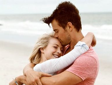 Julianne Hough and Josh Duhamel star in Safe Haven.