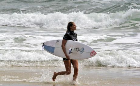 Stephanie Gilmore does a lap of Kirra after her 9.8 out of 10 tube ride this morning. Photo: Aaron Abraham