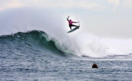 Kelly Slater scored a perfect 10 in the final for his 360% full rotator aerial at Bells bowl.