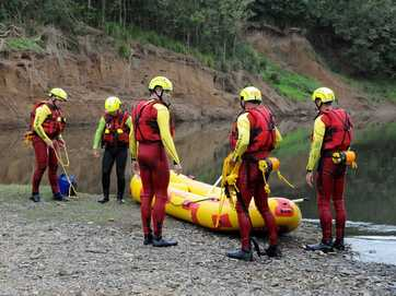 Swiftwater operation training on the Mary River.