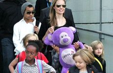 Actress Angelina Jolie arrives at Sydney Airport with her children, Friday, September 6, 2013. (Rear L-R) Maddox, Angelina Jolie and Vivienne. (Front L-R) Zahara and Knox. (AAP Image/Mick Tsikas) NO ARCHIVING
