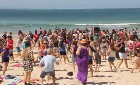 SU QLD Schoolies celebrators performed two flash mobs at Noosa.