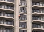 LEGENDARY free climber Alain Robert  has scaled a New Zealand apartment building without ropes.