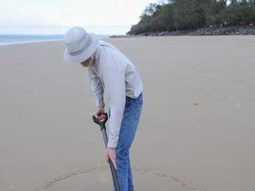 Mike Lewis from Oregon, USA, takes us through the steps as he builds one of his signature sandcastles on Shelly Beach.